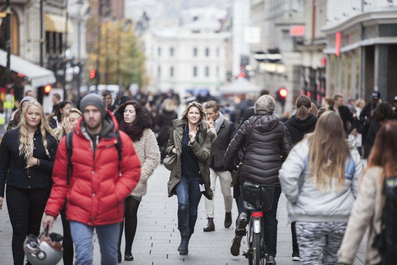 Folk som går på Karl Johan i Oslo.
