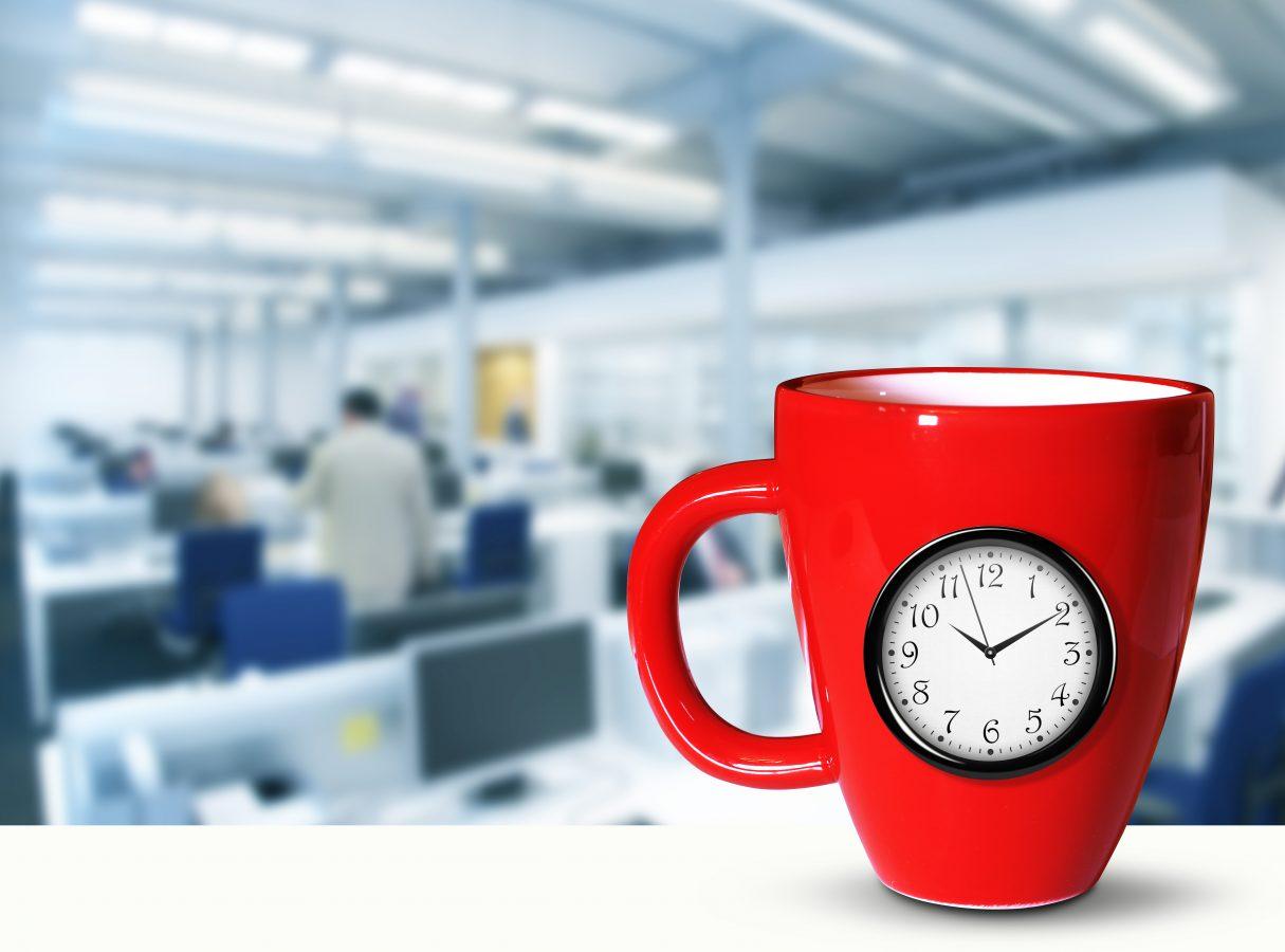 Rød kopp med klokken  støpt inn i porselenet.