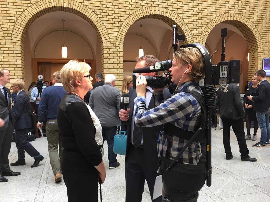 YS-leder Jorunn Berland blir intervjuet i vandrehallen på Stortinget. Foto: Øyvind Olufsen
