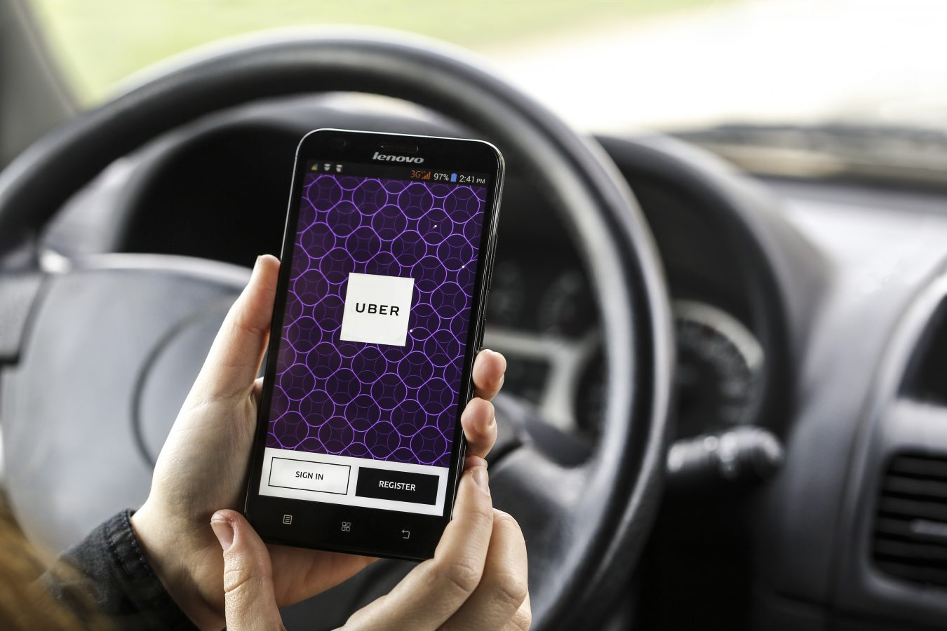 Nærbilde av en ugjenkjennelig kvinne med en telefon i hånda med appen til Uber. Foto: Istock