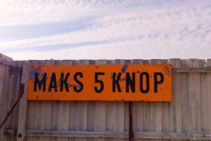 Bilde av orange skilt med påskriften kams 5 knop