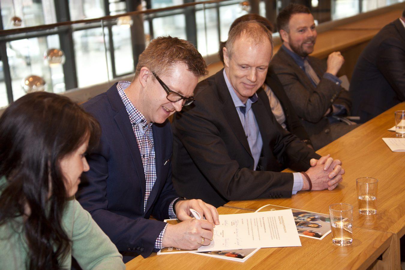 YS 2. nestleder, Hans-Erik Skjæggerud, signerer den nye samfunnskontrakten,  sammen med representanter for Kunnskapsdepartementet, Kommunal- og moderniseringsdepartementet og de andre partene i arbeidslivet.