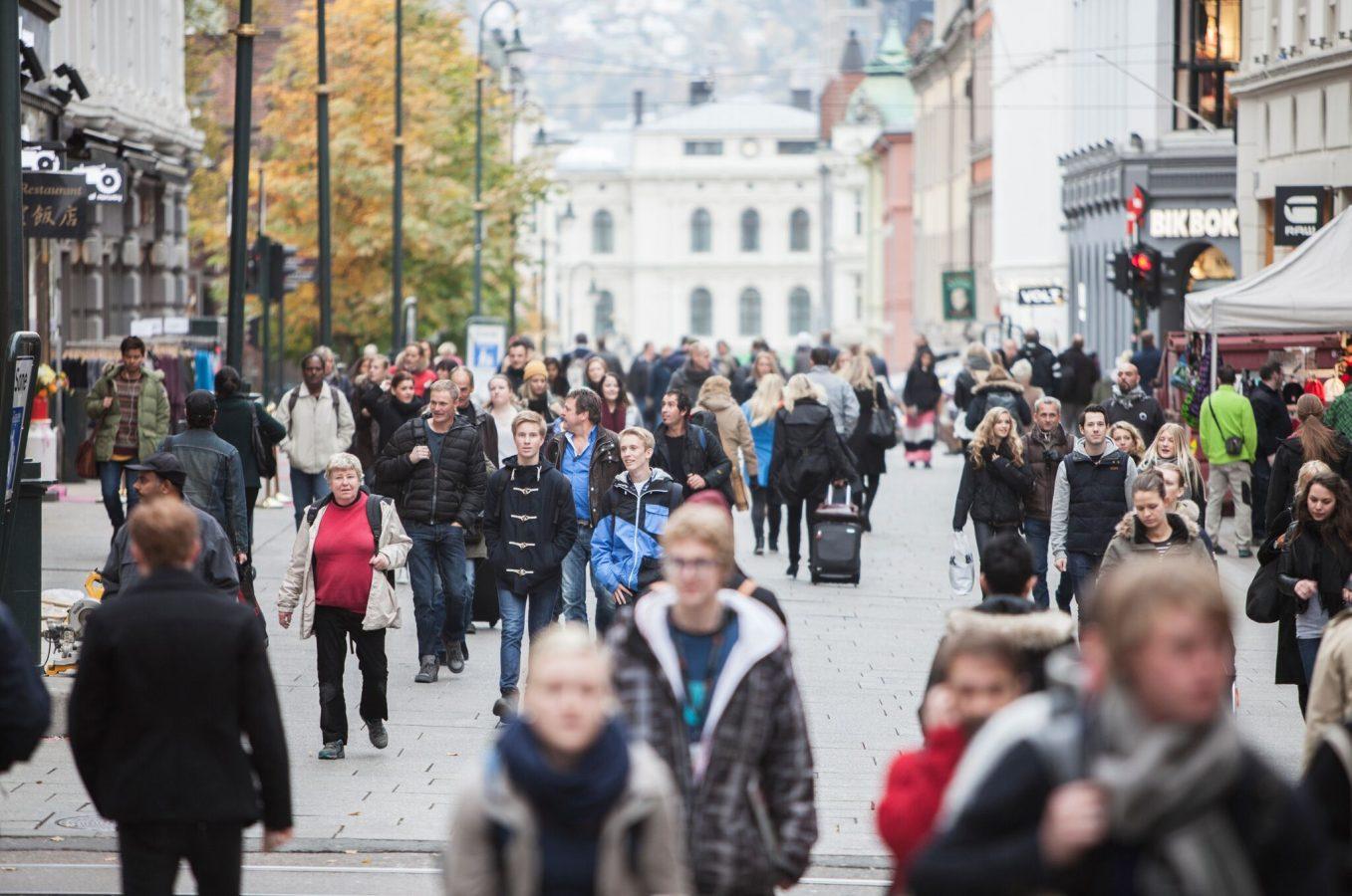 Folk som går på Karl Johan. Foto: Erik Norrud