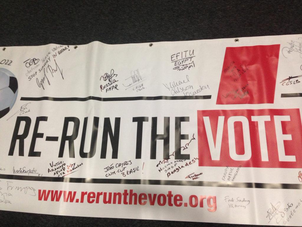 """Kampanjen """"Re-run the vote"""" protesterer mot arbeidsforholdene for migrantarbeidere foran fotball-VM i Qatar i 2022. Foto: Frode Sandberg"""