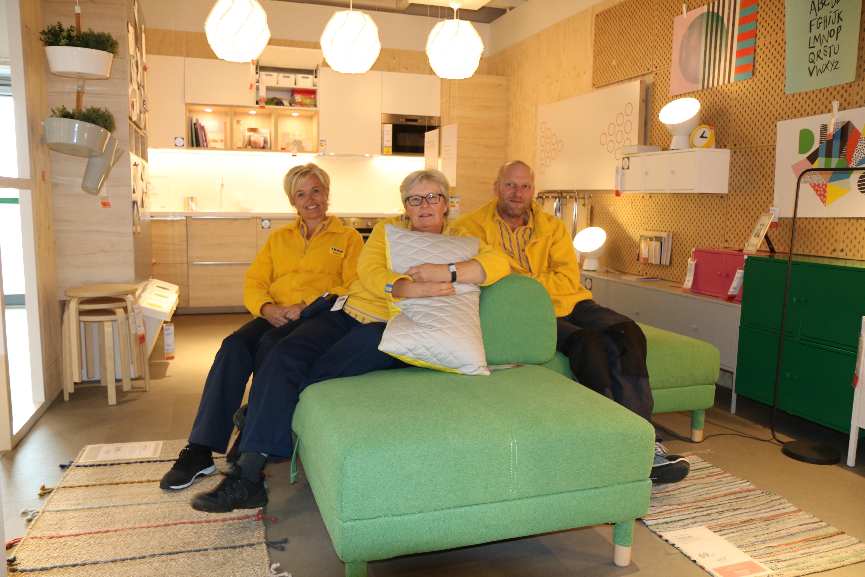 Fra venstre Merethe Konningen, HR-sjef på IKEA Sørlandet og de tillitsvalgte Bente Velken og Tor Halvor Hørthe i en grønn sofa i utstillingen til IKEA..