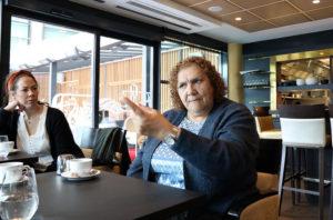 Myrtle Witbooi sitter ved kafebord og snakker