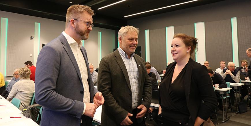 Til høyre Mali Hole Skogen, direktør i IKT-Norge. Helt til venstre Hans-Erik Skjæggerud, nestleder i YS og i midten YS-leder Erik Kollerud.