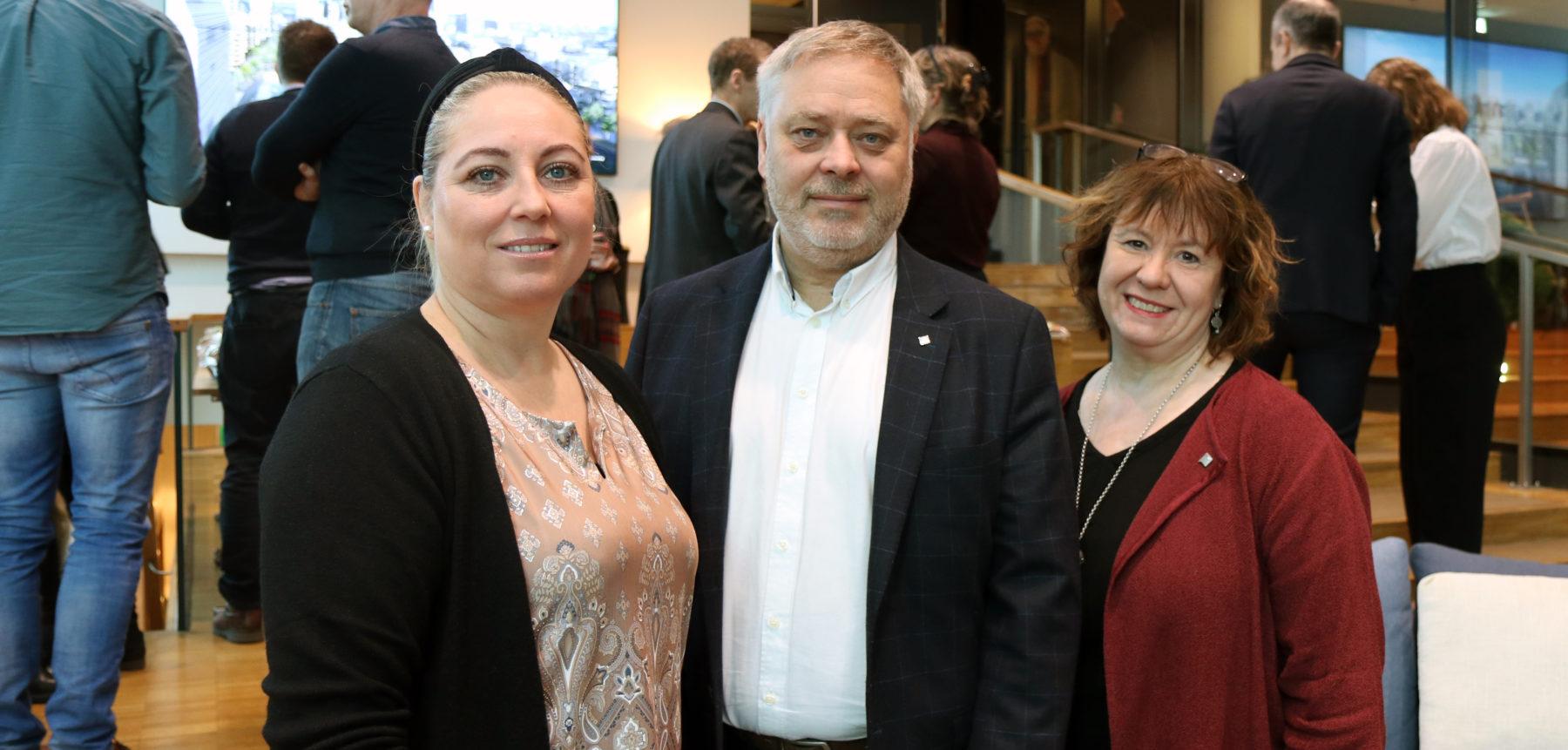 F.v.: Unn Kristin Olsen, forbundsleder i Parat, YS-leder Erik Kolerud og Anneli Nyberg, nestleder i Parat. Foto: Liv Hilde Hansen