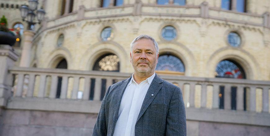YS-leder Erik Kollerud foran Stortinget