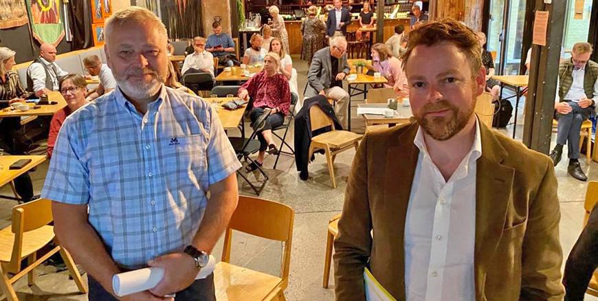 Arbeids- og inkluderingsminister Torbjørn Røe Isaksen til høyre sammen med YS-leder Erik Kollerud til venstre. Folk sitter i bakgrunnen.