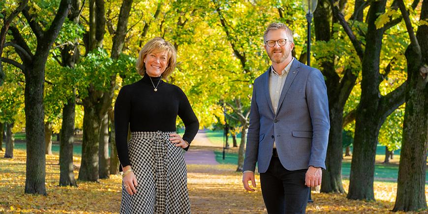 Grete Herlofson, (til venstre), generalsekretær i NKS sammen med Hans-Erik Skjæggerud, (til høyre),  juryleder og 1. nestleder i YS står i en alle i Frognerparken i Oslo.